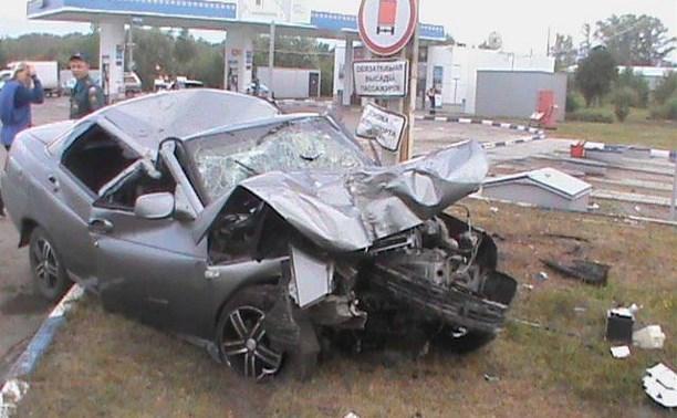 Под Тулой водитель «десятки» влетел в стелу автозаправки