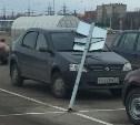 В Туле на парковке гипермаркета на автомобиль упал знак