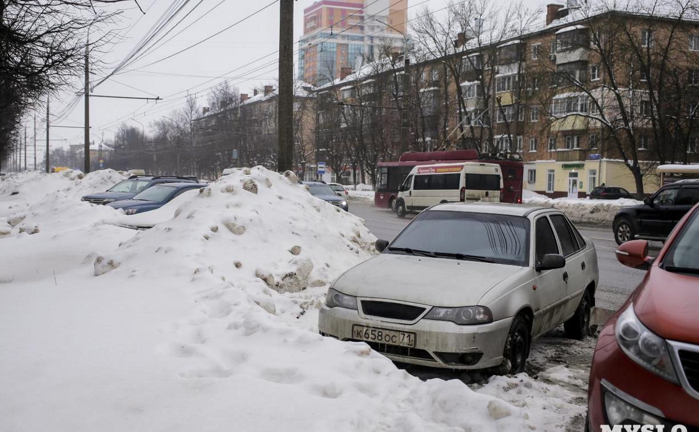Грязь и слякоть: на тульских улицах скопились горы снега
