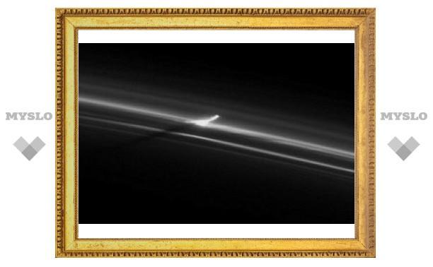 "На кольце Сатурна нашли ""падающую башню"""