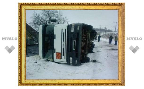 В Тульской области перевернулся грузовик