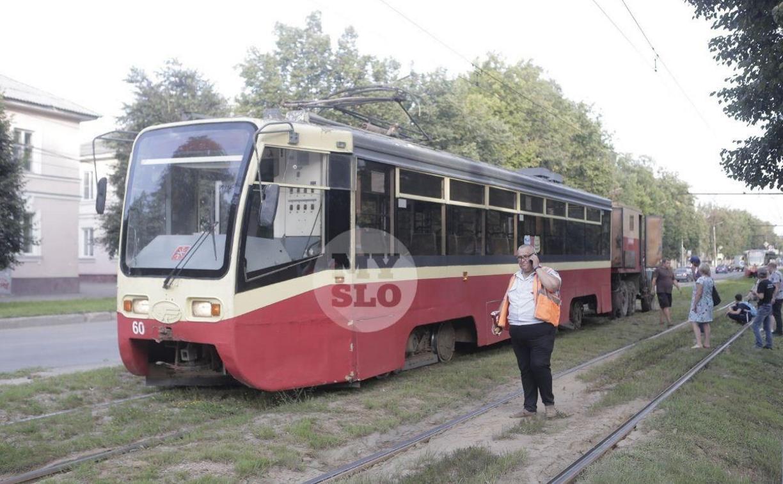 На ул. Металлургов в Туле у трамвая на ходу отвалилось колесо