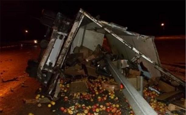 На трассе М4 перевернулся грузовик с яблоками