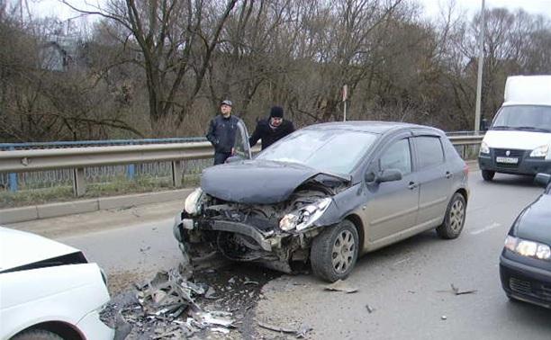 В Алексине столкнулись три автомобиля: двое пострадавших