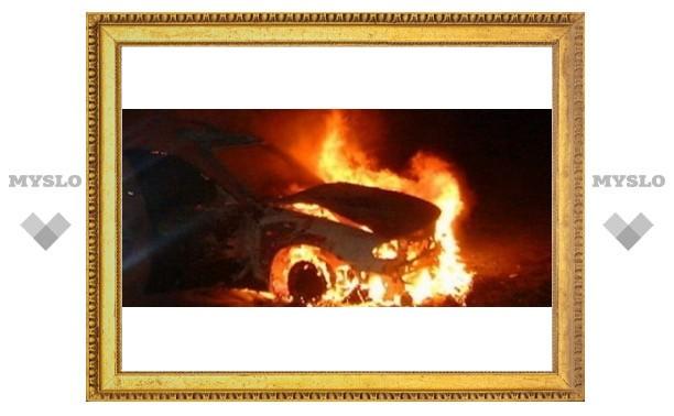 В центре Тулы загорелась иномарка