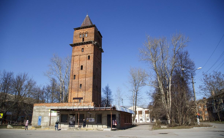 В Бородинском поселке под Тулой рушится водонапорная башня
