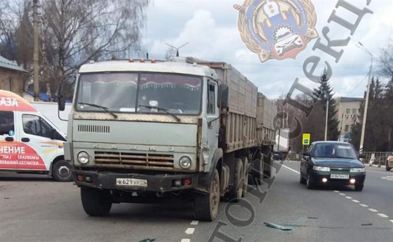 На трассе М-2 в ДТП с КамАЗом пострадали три человека