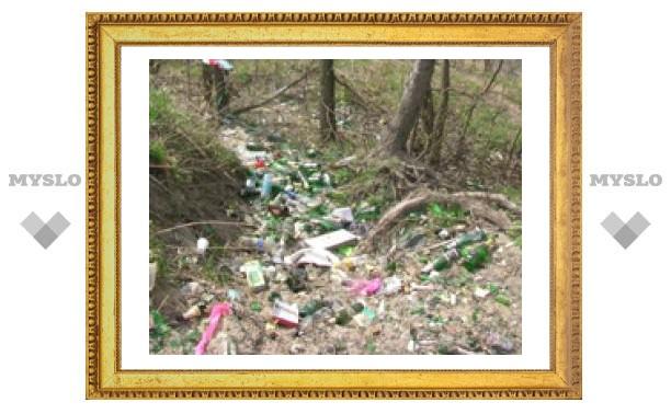 Молодожены кидают в Воронку бутылки