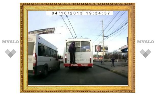 В Туле сняли на видео пьяного «зайца-зацепера»