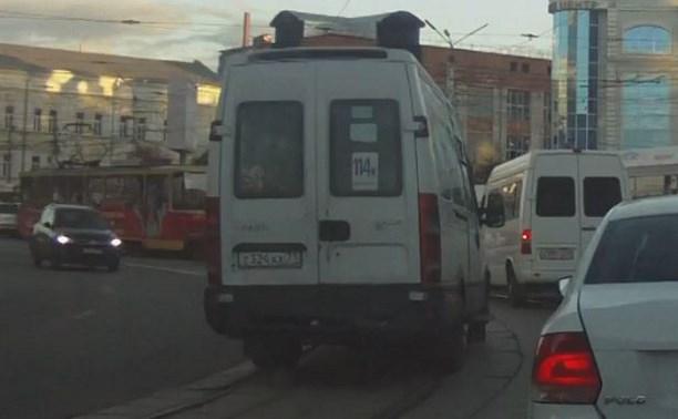 В центре Тулы водитель щёкинской маршрутки грубо нарушил ПДД: видео