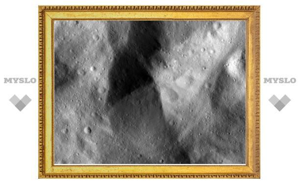Зонд Dawn прислал первые снимки Весты с низкой орбиты
