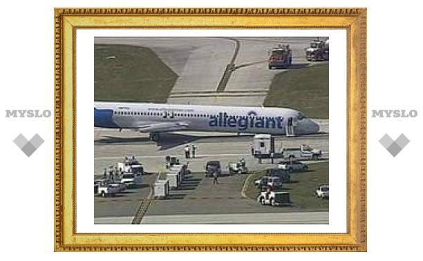 В американском аэропорту самолет сел без переднего шасси