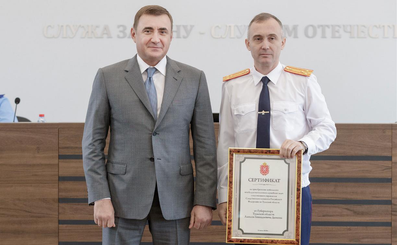 Алексей Дюмин вручил сертификат на ремонт здания следственного управления