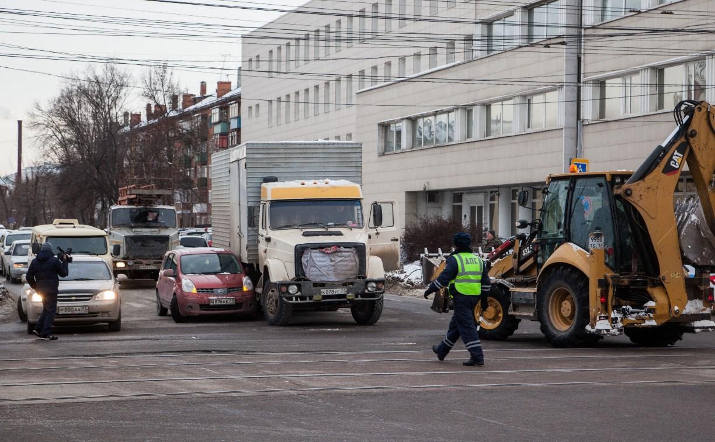 В Туле возле цирка столкнулись «Ниссан» и грузовик
