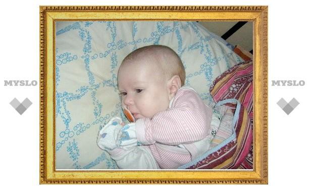 Молодая мама бросила младенца под кустом