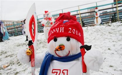 В одном из тульских дворов поселились 45 снеговиков!