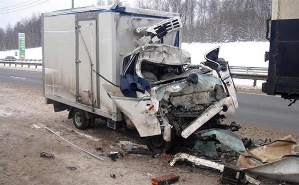 На трассе М2 грузовик Hyundai протаранил стоящую на обочине фуру
