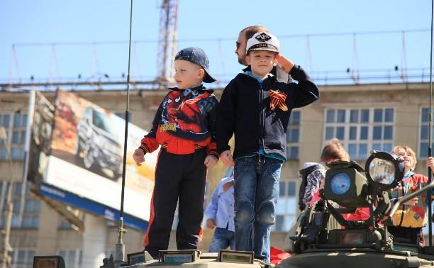 На площади Победы проходит выставка военной техники
