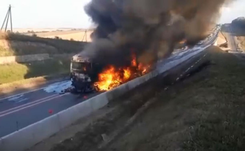 На трассе М2 «Крым» фура врезалась в отбойник и загорелась: видео