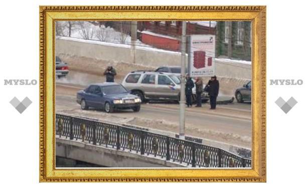 На мосту в тульском Заречье столкнулись две машины