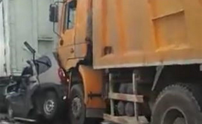 Под Тулой два грузовика смяли «Шевроле»: водитель чудом остался жив
