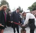 Владимир Груздев отчеканил кремлевский рубль и разрезал 40-килограммовый пряник