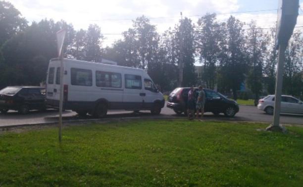 На улице Циолковского столкнулись маршрутка и иномарка