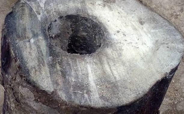 На улице Сойфера в Туле откопали старинный деревянный водопровод