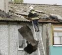 Разрушенные ураганом крыши в селе Воскресенское восстанавливали всю ночь