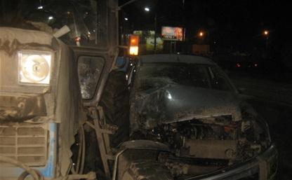 В центре Тулы иномарка протаранила трактор коммунальщиков