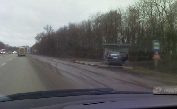 На Новомосковском шоссе Daewoo Matiz въехал в автобусную остановку