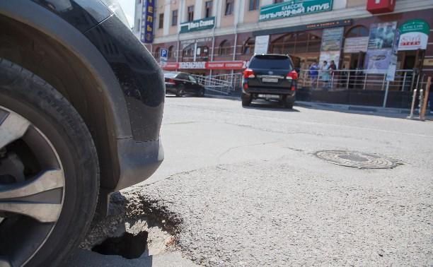 На платной парковке на ул. Каминского провалился асфальт