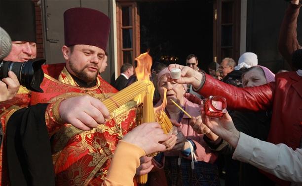 Тулякам раздали Благодатный огонь из Иерусалима