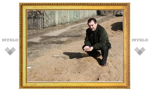 Под Тулой посыпают дороги зерном
