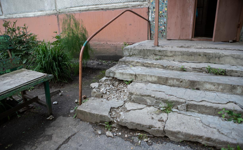 Туляки жалуются на разрушенные ступеньки возле подъезда