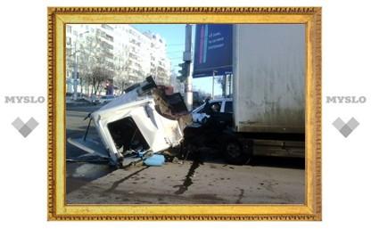 "В Туле столкнулись грузовик Mercedes и ""Форд"""