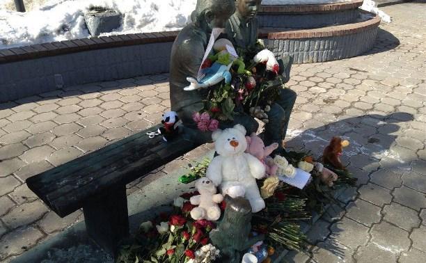 В Туле загорелись цветы и игрушки, оставленные в память о жертвах трагедии в Кемерово