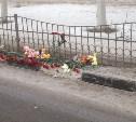 К месту гибели мальчика на ул. Пузакова приносят цветы и игрушки