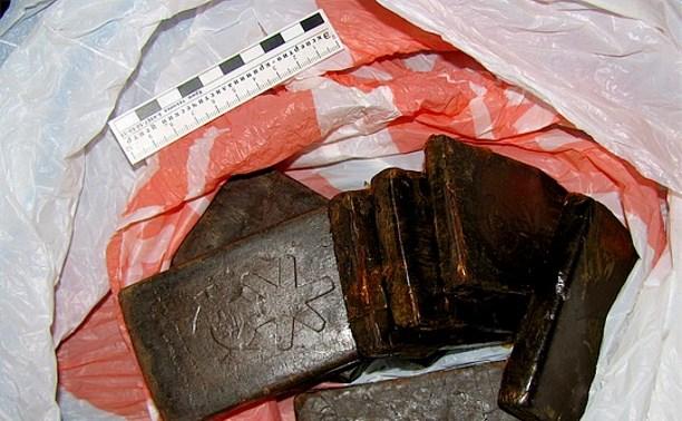 В Новомосковске мужчина пытался пронести в тюрьму две плитки гашиша