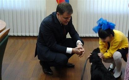 Владимир Груздев подарил 10-летней тулячке лабрадора