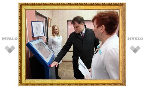 Владимир Груздев проверил работу терминала в Советской городской больнице