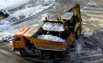 Жилищники убирают дворы от снега