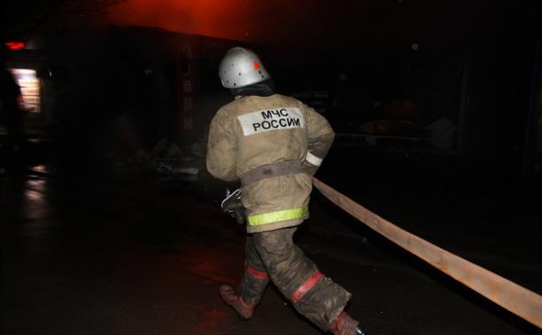 36 человек тушили пылающие сараи в Щёкино