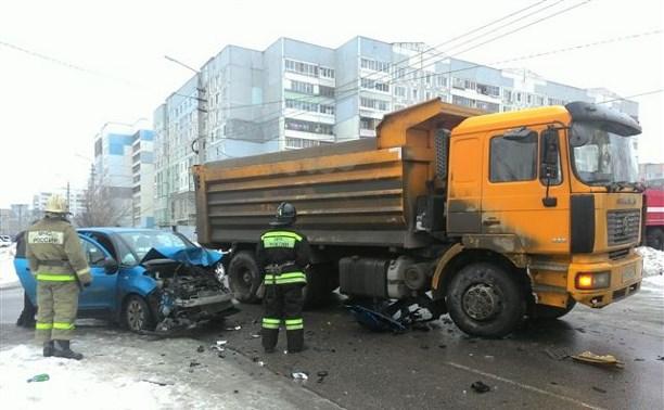 На ул. Пролетарской столкнулись легковушка и самосвал