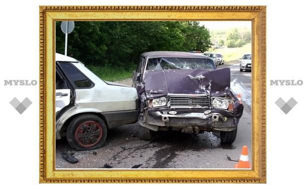 На въезде в Тулу столкнулись две машины