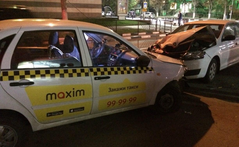 На улице Болдина в Туле пьяный таксист вылетел на тротуар и протаранил две машины