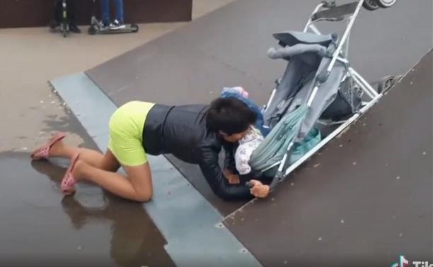 В ефремовском скейт-парке горе-мать чуть не угробила малыша. Видео