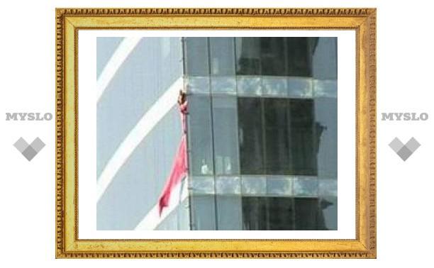 """""""Человек-паук"""" покорил 46-этажный отель в Гонконге"""
