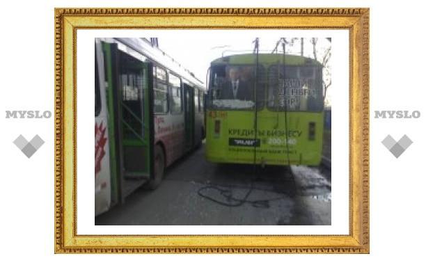 """На станции """"Южная"""" троллейбусы не поделили стоянку"""