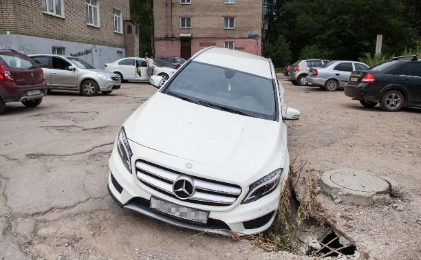 В Туле на улице Металлургов «Мерседес» провалился в яму